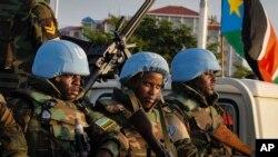 Binh sĩ gìn giữ hòa bình của Liên Hiệp Quốc từ Rwanda chờ hộ tống những thành viên của Hội đồng Bảo an Liên Hiệp Quốc khi họ đến sân bay ở thủ đô Juba, Nam Sudan, ngày 2 tháng 9, 2016.