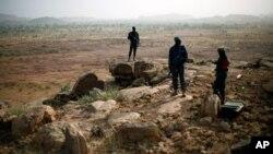 Des soldats maliens à un poste d'observation près de Sévaré, Mali, le 24 janvier 2013.