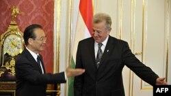 Thủ tướng Trung Quốc Ôn Gia Bảo (trái) và Tổng thống Hungary Pal Schmitt trước cuộc họp tại Budapest, Hungary, ngày 25 tháng 6, 2011