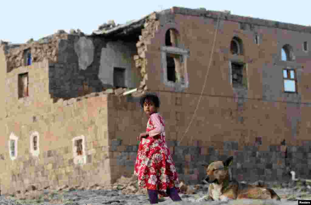 Yemen'in başkenti Sanaa'daki Faj Attan köyünde Suudi Arabistan liderliğindeki koalisyonun hava saldırısında vurulan bir evin yakınlarında Yemenli bir kız çocuğu