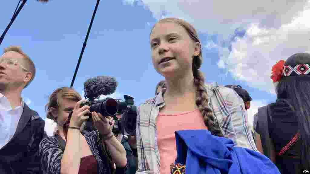 នាង Greta Thunberg សកម្មជនបរិស្ថានវ័យក្មេងដ៏លេចធ្លោម្នាក់ បង្ហាញខ្លួននៅខាងមុខតុលាការកំពូលសហរដ្ឋអាមេរិកក្នុងរដ្ឋធានីវ៉ាស៊ីនតោន ថ្ងៃទី១៨ ខែកញ្ញា ឆ្នាំ២០១៩។ (ហ៊ុល រស្មី/VOA)