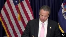 Guverner New Yorka Endru Kuomo potpisuje zakon o policiji, 12. juna 2020.
