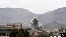 Serangan udara di Sana'a, Yaman tahun 2015 (Foto: dok). Serangan udara oleh pasukan koalisi pimpinan Arab Saudi menghantam sebuah rumah sakit di provinsi Hajja, Yaman utara, Senin (15/8).