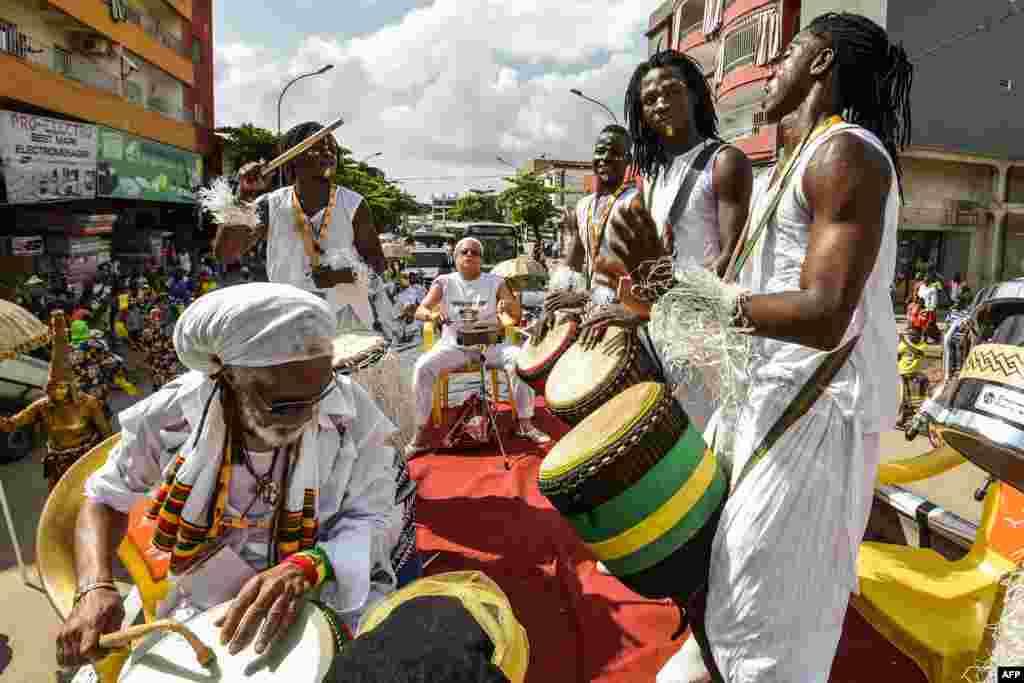 코트디부아르 아비장에서 열린 아프리카공연예술축제(MASA) 퍼레이드에서 아프리카계 미국인 그룹인 '죠베이 페스트(Jouvay Fest)' 단원들이 춤과 연주를 선보이며 행진하고 있다.