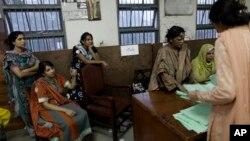 Nhân viên kiểm phiếu tại một phòng phiếu trong thủ đô Islamabad, Pakistan