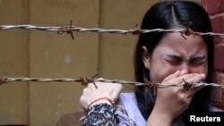 នាង Chit Suu Win ភរិយារបស់លោក Kyaw Soe Oo អ្នកកាសែត Reuters យំ បន្ទាប់ពីបានស្តាប់សាលដីកា នៅតុលាការ Insein ក្នុងក្រុងរ៉ង់ហ្គូន ប្រទេសមីយ៉ាន់ម៉ា កាលពីថ្ងៃទី៣ ខែកញ្ញា ឆ្នាំ២០១៨។