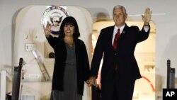 El vicepresidente de EE.UU., Mike Pence, y su esposa Karen Pence, llegaron a Buenos Aires, Argentina, el lunes, 14 de agosto de 2017.