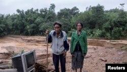 Đôi vợ chồng tại căn nhà bị thiệt hại do lỡ đất ở tỉnh Quảng Trị, ngày 21/10/2020.