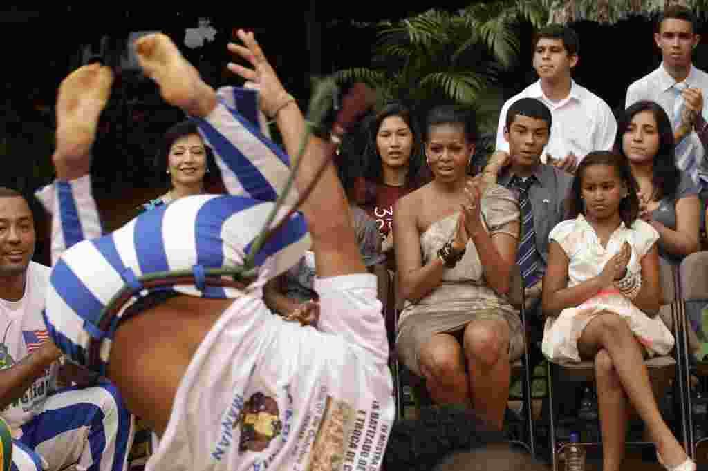 Michelle Obama junto a sus hijas Malia y Sasha, durante una presentación cultural preparada para la familia Obama, en Brasil.