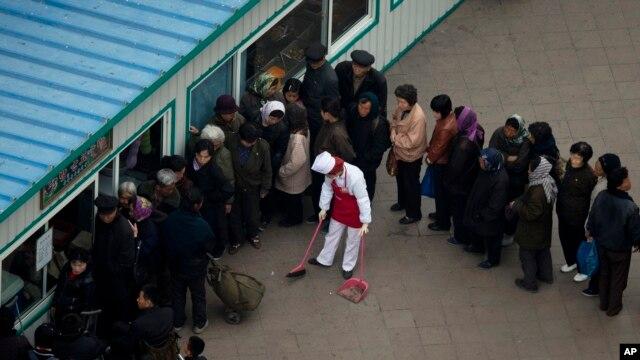 지난 4월 평양 시민들이 식량을 구매하기 위해 식료품 가게에 줄 서 있다.
