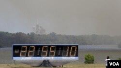 Densas columnas de humo cubren parte del Centro Espacial Kennedy, donde se puede ver la plataforma de lanzamiento del Endeavour.