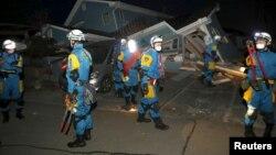 警员在日本南部熊本县查看地震后的房屋情况(2016年4月16日)