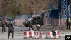 Fòs sekirite afgan yon ki sou pòs kote eksplozyon an fèt la nan Kaboul, Afganistan, 12 novanm 2018.