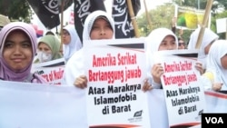 Aktivis Hizbut Tahrir melakukan aksi unjuk rasa memprotes film 'Innocence of Muslims' yang menghina Islam di depan Kedutaan Besar AS di Jakarta, Jumat 14/9 (foto: Fathiyah Wardah/VOA).