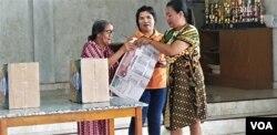 Sosialisasi tata cara pencoblosan surat suara kepada warga desa Maliwuko, Kabupaten Poso, Sulawesi Tengah. (14/4) (Foto: VOA/Yoanes Litha)