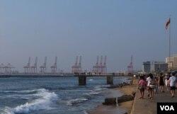 斯里兰卡总理维克勒马辛哈正式向中方确认,停建了一年多的中资科伦坡港口城市项目将恢复兴建。(美国之音朱诺拍摄,2016年1月9日)