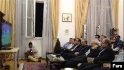 محمدجواد ظریف و هیات همراه در وین، در حال تماشای مسابقه فوتبال ایران و نیجریه - ۲۶ خرداد ۱۳۹۳