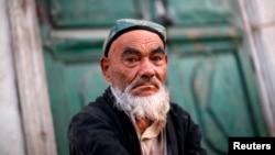 Một người đàn ông Uighur ngồi trên đường ở tỉnh Kashgar, Tân Cương.