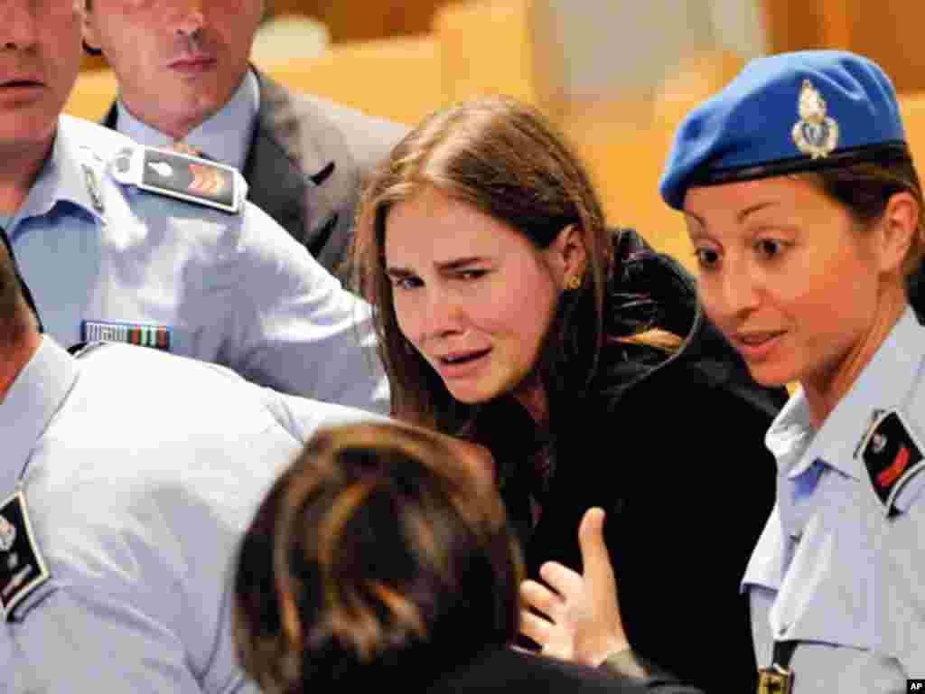 美国女子阿曼达.诺克斯10月3日在意大利佩鲁贾的一家上诉法庭推翻她的谋杀罪判决后激动得哭了起来。诺克斯被无罪开释。她曾被判定在2007年杀害了她在意大利的21岁英国室友梅雷迪斯.克尔彻并在狱中生活了近4年。诺克斯的前意大利男友兼同案被告的有罪判决也被上诉法院推翻。