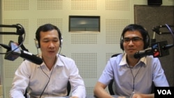 Dr. Ly Sok-Kheang, (left) Director of the Anlong Veng Peace Center in VOA studio in Phnom Penh when he joined as a guest in special Hello VOA and Dy Khamboly (right) the moderator. (Lim Sothy/VOA Khmer)