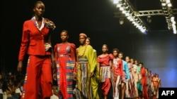 Mannequins portant des créations de Cynthia Abila lors de la Fashion Week de Lagos, le 25 octobre 2018.