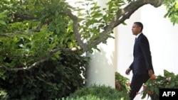 Барак Обама перед посадкой на борт, отправляющийся в Пуэрто-Рико