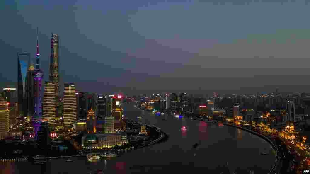 夜上海,黄浦江两岸金融区的天际线,左侧是浦东,右侧是外滩和浦西(2018年4月7日)。