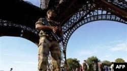 Эйфелева башня под охраной сил безопасности.