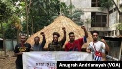 Ikatan Mahasiswa Papua di Sumatera Utara menggelar protes atas aksi diskriminasi dan rasisme terhadap mahasiswa di Surabaya, Senin, 19 Agustus 2019. (Foto: VOA/Anugrah Andriansyah)