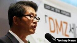 류길재 한국 통일부 장관이 25일 서울 중구 프레스센터에서 열린 학술회의 'DMZ 세계평화공원과 그린 데탕트'에 앞서 축사하고 있다.
