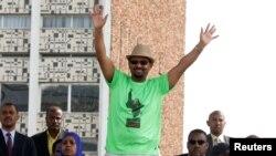 Waziri mkuu wa Ethiopia, Abiy Ahmed, awapungia mkono wafuasi wake wakati wa mkutano wa kisiasa mjini Addis Ababa ambao baadaye ulikumbwa na shambulizi la guruneti.