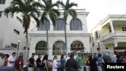 Filas para obtener el pasaporte por parte de ciudadanos cubanos empezaron desde el domingo en la mañana.