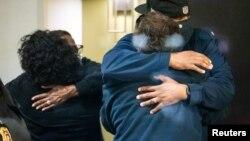 Родичі загиблих внаслідок стрілянини на об'єкті служби доставки FedEx поблизу аеропорту в Індіанаполісі, 16 квітня 2021