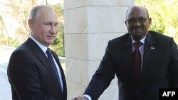 Le président russe Vladimir Poutine, à gauche, serre la main de son homologue soudanais Omar el-Béchir lors d'une réunion à Sotchi, 23 novembre 2017.
