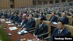 김기남 북한 노동당 선전담당 비서가 지난 4월 평양에서 열린 최고인민회의 제13기 3차 회의에서 방청석 세번째 줄에 앉은 사실이 조선중앙TV 보도를 통해 보도됐다. 사진의 붉은 원이 김 당비서. (자료사진)