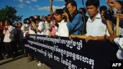 Giới trẻ Campuchea gửi lời chia buồn đến gia đình các nạn nhân của vụ giẫm đạp chết người, 23/11/2010