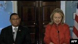 Міністр закордонних справ Бірми Вунна Маунґ Лвін і державний секретар США Гілларі Клінтон виступають на спільній прес-конференції у Вашинтоні 17 травня