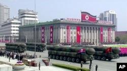 Rakete na vojnoj paradi, na Kim Il Sung trgu u Pjongjangu, fotografija koju je objavila severnokorejska televizija KRT, 15. aprila 2017.