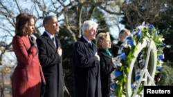 Tổng thống Obama, Đệ nhất phu nhân Michelle Obama, cựu Ngoại trưởng Hillary Clinton, cựu Tổng thống Bill Clinton đặt vòng hoa tại mộ của Tổng thống Kennedy tại Nghĩa trang Quốc gia Arlington, ngày 20/11/2013.