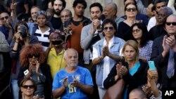 Personas aplauden cuando el ataúd del ícono cultural de Brasil Joao Gilberto, el padre del bossa nova, es sacado del Teatro Municipal tras su funeral, para ser llevado al cementerio de Río de Janeiro. Julio 8 de 2019.