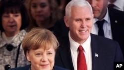 អធិការបតីអាល្លឺម៉ង់អ្នកស្រី Angela Merkel និងលោកអនុប្រធានាធិបតីសហរដ្ឋអាមេរិក Mike Pence បានមកដល់ក្នុងសន្និសីទសន្តិសុខទីក្រុង Munich ប្រទេសអាល្លឺម៉ង់ កាលពីថ្ងៃទី១៨ កុម្ភៈ ២០១៧។