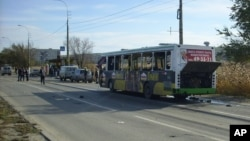 2013年10月21日伏尔加格勒: 不明爆炸装置引起爆炸多人受伤死亡; 专家检查爆炸中损坏的公交车