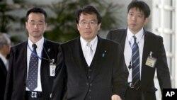 ອະທິບໍດີ ຝ່າຍຜູ້ບໍລິໂພກໃໝ່ ຂອງຍີ່ປູ່ນ Jin Matsubara (ຄົນກາງ) ກໍາລັງເດີນເຂົ້າໄປສູ່ບ້ານພັກຂອງ ນາຍຍົກລັດຖະມົນຕີ ທີ ໂຕກຽວ, ວັນສຸກ, ມັງກອນ. 13, 2012.