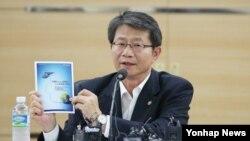류길재 통일부 장관이 21일 서울 삼청동 남북회담본부에서 한반도 신뢰프로세스에 대해 설명하고 있다.