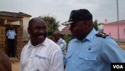Angola administrador municipal de Cacuso Tomás Rodrigues da Conceição ( à esquerda)