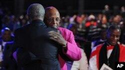 Uskup Agung Desmond Tutu dipeluk setibanya di upacara pemakaman mantan presiden Afrika Selatan Nelson Mandela di Qunu.