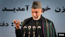 Presiden Afghanistan Hamid Karzai berpidato di Kabul pada hari Rabu.