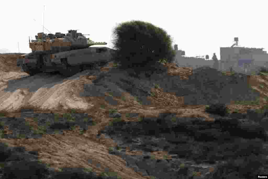24일 이스라엘-가자 접경 지역을 순찰 중인 이스라엘 군 탱크.