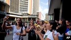 """Opositoras en Caracas piden que se realice el referendo """"revocatorio"""" durante una protesta contra el presidente Nicolás Maduro frente al Consejo Nacional Electoral. 19 de julio de 2016."""