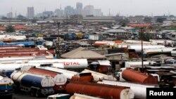 나이지리아 라고스 외곽의 트럭 하차장 뒤로 라고스 경제지구가 보인다.(자료사진)